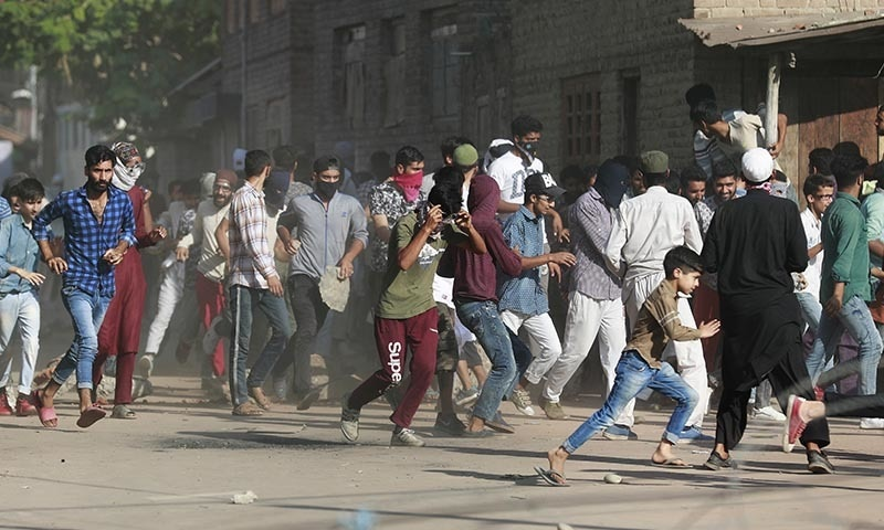 لاک ڈاؤن اور کرفیو کے دوران ہزاروں کشمیری نوجوانوں کو حراست میں لیا گیا—تصویر: رائٹرز