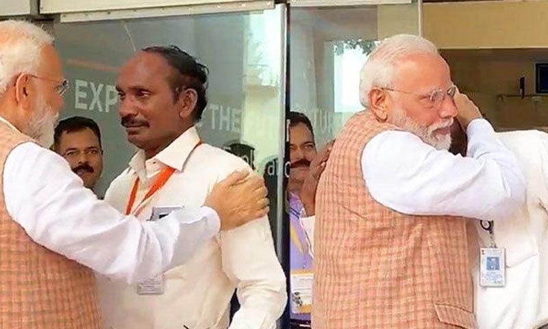 مشن کی ناکامی پر رونے والے خلائی ادارے کے سربراہ کو نریندر مودی نے سہارا دیا—اسکرین شاٹ