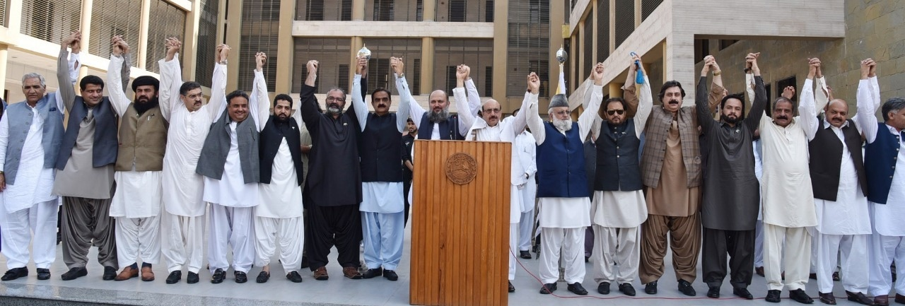 Balochistan CM Jam Kamal Alyani, AJK President Sardar Masood Khan and others including senators, Balochistan cabinet and assembly members and AJK cabinet and assembly members hold each other's hands on the premises of President House Muzaffarabad on Friday to send a message of solidarity across the divide. — Photo by Tariq Naqash