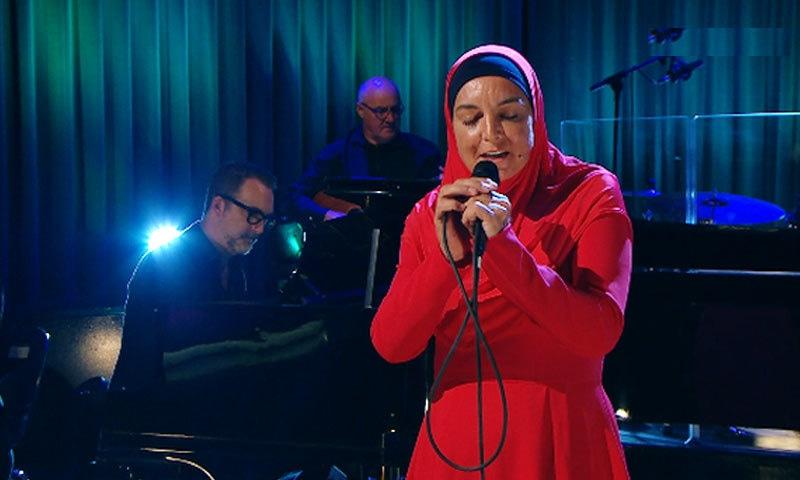 گلوکارہ کو حجاب کے ساتھ اسلامی لباس میں پہلی بار گلوکاری کرتے دیکھا گیا—اسکرین شاٹ