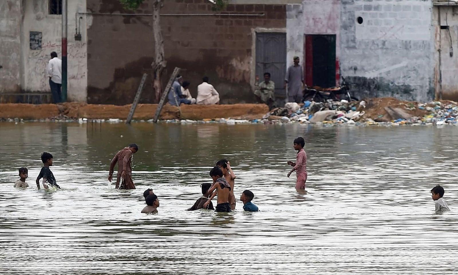 کراچی میں بارش کے بعد متعدد علاقوں میں پانی جمع ہوگیا تھا—فوٹو:اے ایف پی