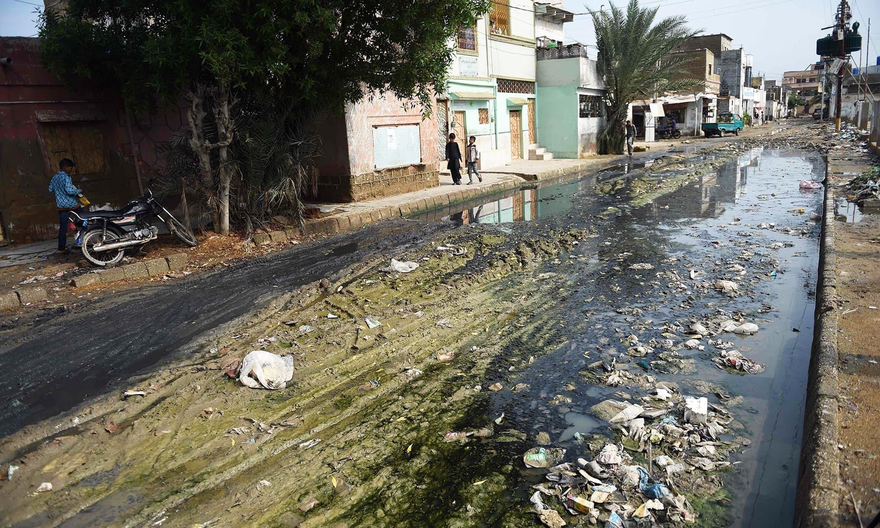 کراچی میں صفائی کی ذمہ داری شہری حکومت اور سندھ حکومت ایک دوسرے پر ڈالتی رہی—فوٹو:اے ایف پی