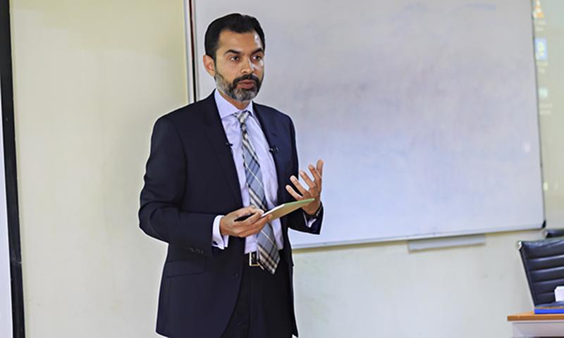 رضا باقر نے کاروباری برادی کو یقین دہانی کرائی کہ معیشت آہستہ آہستہ بہتر ہورہی ہے۔ — فائل فوٹو/ مصر کی برطانوی یونیورسٹی