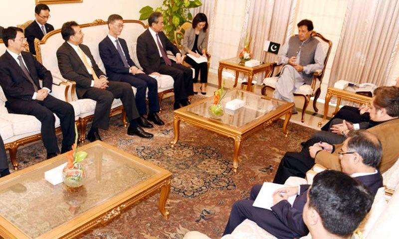 چینی وزیر خارجہ نے وزیراعظم عمران خان سے ملاقات کی — فوٹو: ریڈیو پاکستان