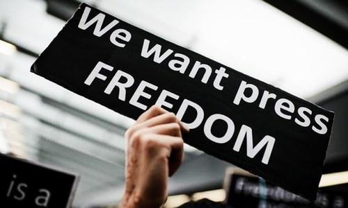 برطانوی حکومت کی خارجہ امور کی کمیٹی کے مطابق پاکستان میں بھی آزادی صحافت کا مستقبل دھندلا ہے۔ — اے ایف پی/فائل فوٹو