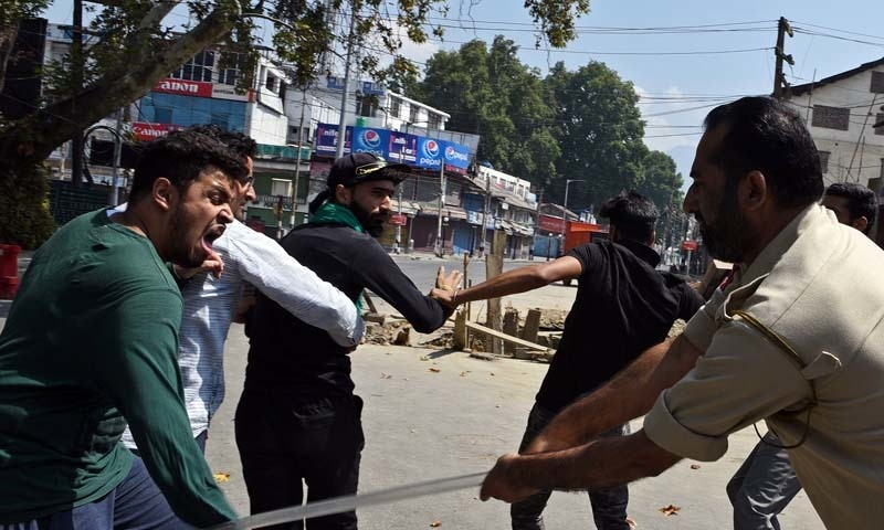 توقع ہے کہ بھارتی حکومت ان پابندیوں میں عاشورہ کے روز یعنی منگل کو مزید سختی کردے گی—تصویر: اے ایف پی