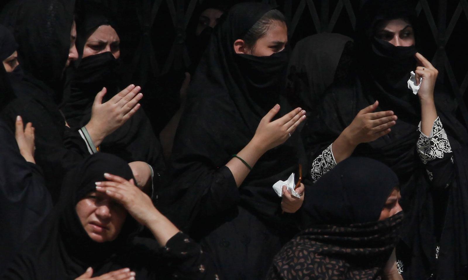 9محرم الحرام کی مجلس عزا میں خواتین سینہ کوبی کر رہی ہیں— فوٹو: اے پی