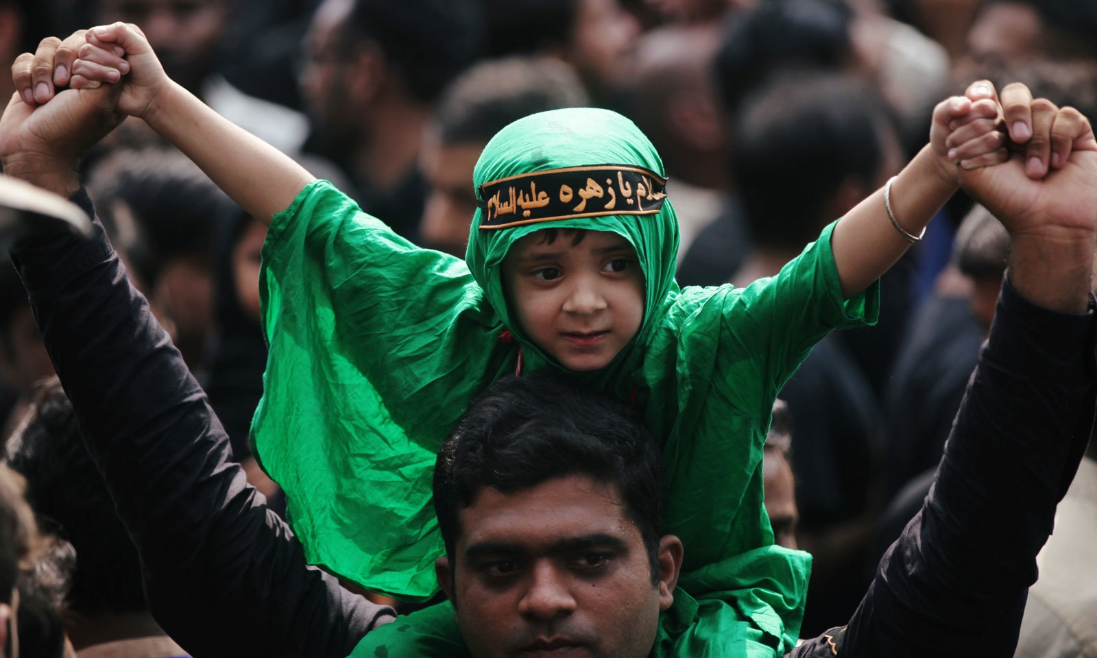 9 محرم الحرام کے جلوس میں بچوں نے بھی بڑے کے ہمراہ بھرپور شرکت کی— فوٹو: رائٹرز