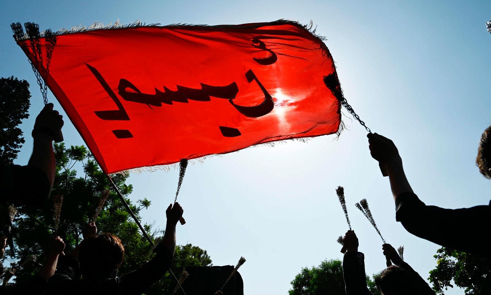 پاکستان بھر کے چھوٹے بڑے شہروں سے 9محرم الحرام کے جلوس برآمد ہوئے— فوٹو: اے ایف پی