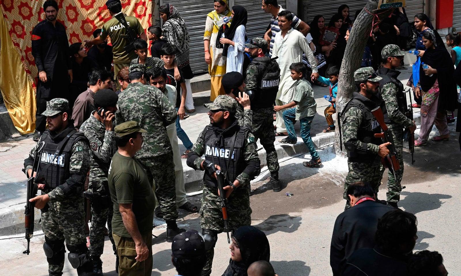 ملک بھر میں 9محرم کے جلوس کے موقع پر سیکیورٹی کے بہترین انتظامات کیے گئے— فوٹو: اے ایف پی