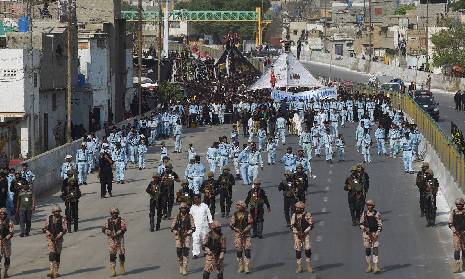 کراچی میں 9محرم الحرام کا جلوس قانون نافذ کرنے والے اداروں کے حفاظتی حصار میں آگے بڑھ رہا ہے— فوٹو: اے ایف پی
