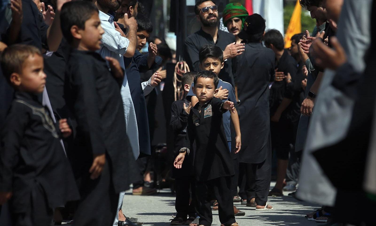 اسلام آباد بچوں نے بطور عزادار جلوس میں شرکت کی—فوٹو: اے ایف پی