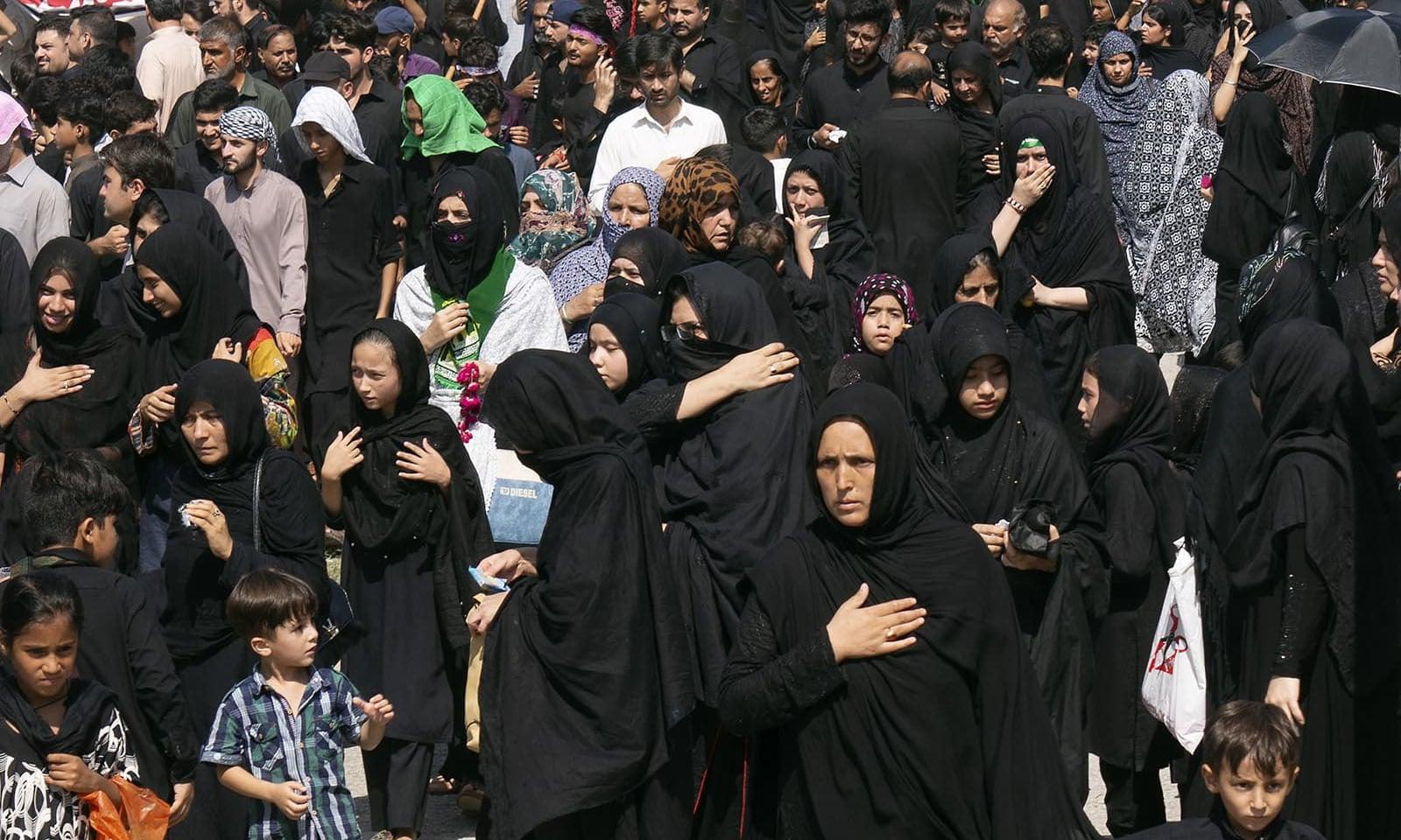 اسلام آباد میں عاشورہ کے جلوس میں خواتین اور بچوں نے بھی شرکت کی — فوٹو: اے پی