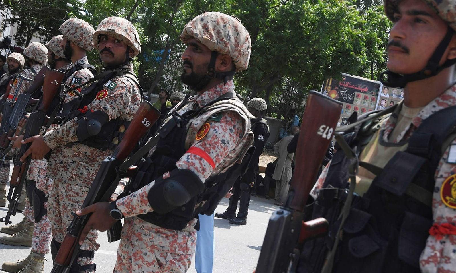 ملک بھر میں عاشورہ کے سلسلے میں سیکیورٹی ہائی الرٹ رکھی گئی تھی — فوٹو: اے ایف پی