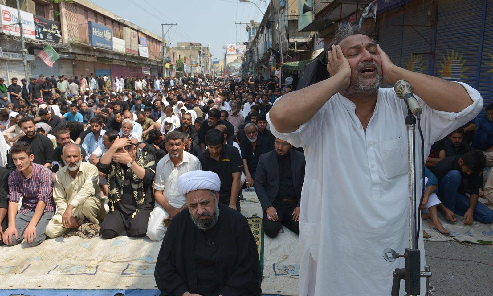 راولپنڈی میں جلوس کے شرکاء نماز کیا ادائیگی کے لیے موجود ہیں—فوٹو: اے ایف پی
