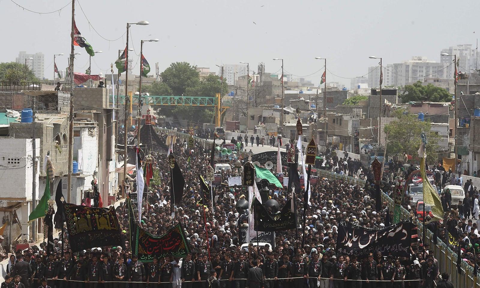 کراچی میں عاشورہ کا مرکزی جلوس منزل کی طرف بڑھ رہا ہے—فوٹو: اے ایف پی