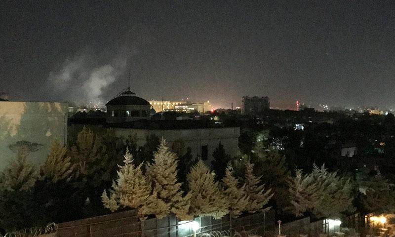 راکٹ حملے کے بعد امریکی سفارت خانے کے قریب دھواں اٹھتا ہوا دیکھا گیا—تصویر: اے پی