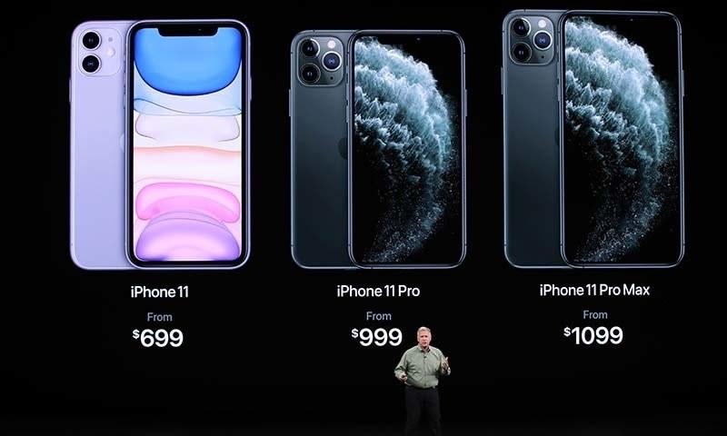 کمپنی کے آئی فون 11 کی کی تعارفی قیمت گزشتہ آئی فون کے مقابلے میں کم رکھی گئی ہے۔ — فوٹو: اے ایف پی