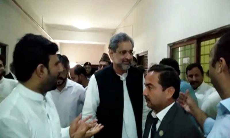 شاہد خاقان عباسی کی پیشی کے موقع پر لیگی رہنما بھی موجود تھے—فوٹو: اسکرین شاٹ