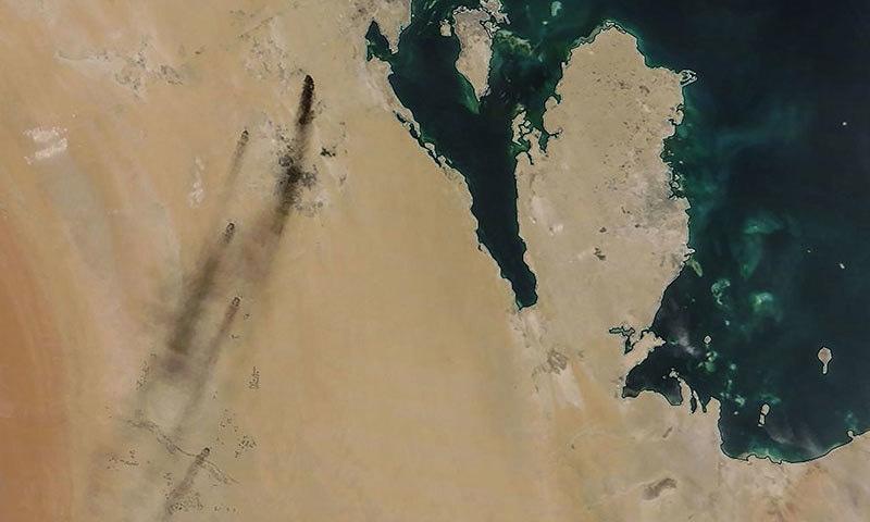 حملے کے بعد ناسا کی جانب تیل کی تنصیبات کی جاری کردہ تصویر میں دھویں کے بادل نمایاں ہیں— فوٹو: اے ایف پی