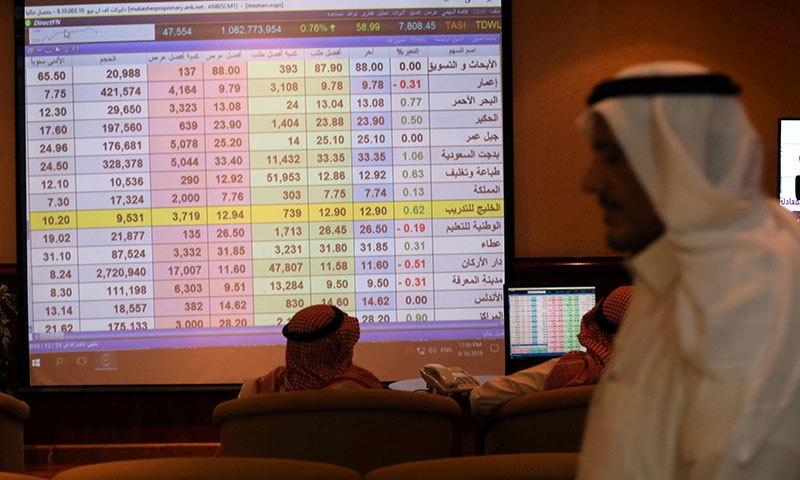 تیل کی تنصیبات پر حملوں کے بعد تیل کی کمپنیوں کے شیئرز اور توانائی کے مارکیٹ کے شیئرز بھی گراوٹ کا شکار ہیں— فوٹو: رائٹرز