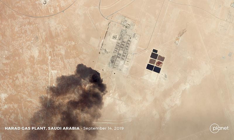 سعودی عرب کی تیل کی تنصیبات پر حملے کے بعد سیٹلائٹ سے لی گئی تصویر— فوٹو: رائٹرز