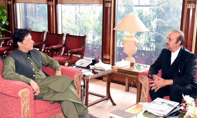 وزیراعظم عمران خان نے پی ٹی آئی رہنما بابر اعوان سے اپنے دفتر میں ملاقات کی—تصویر: پریس انفارمیشن ڈپارٹمنٹ