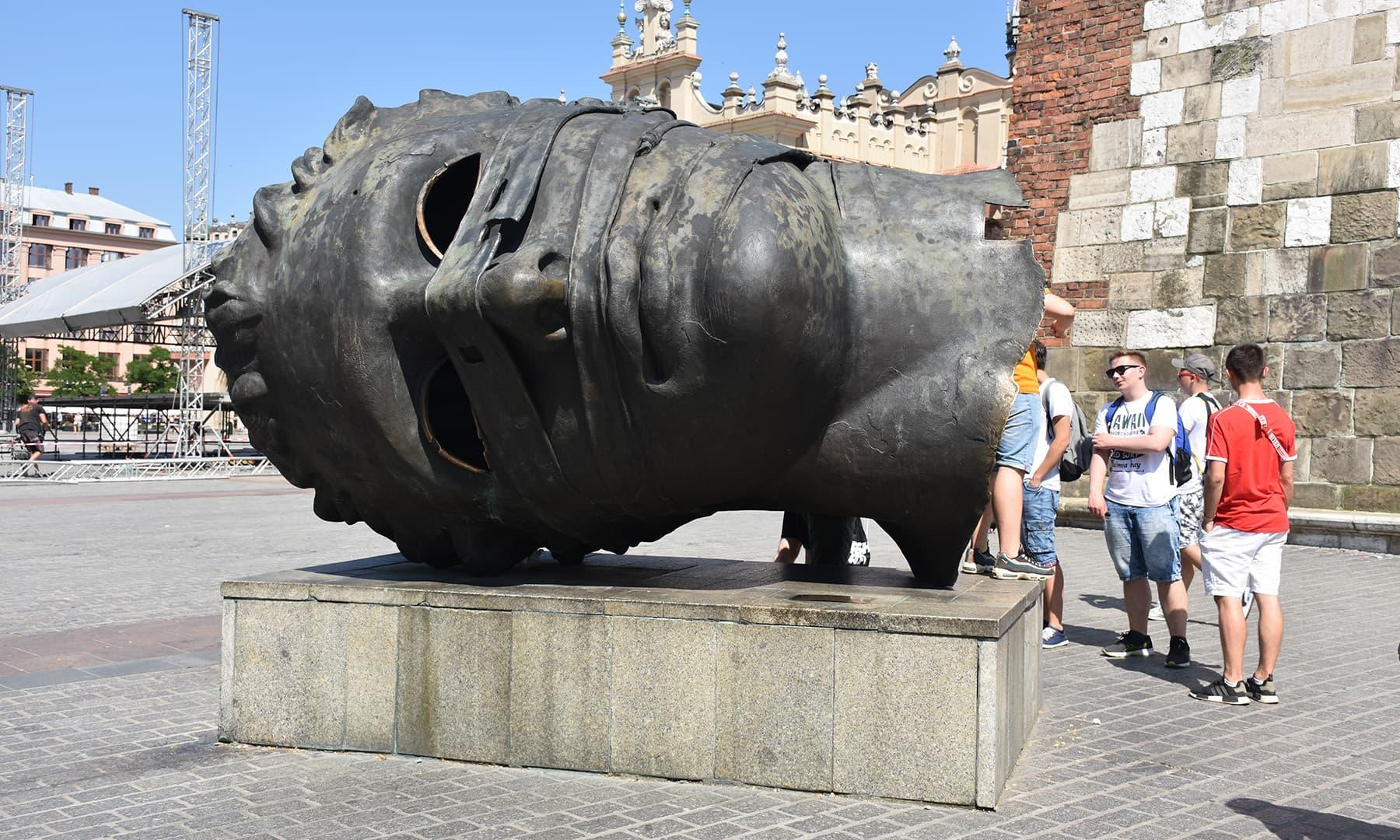ٹاؤن ہال کے پاس رکھا ہوا ایک مجسمہ