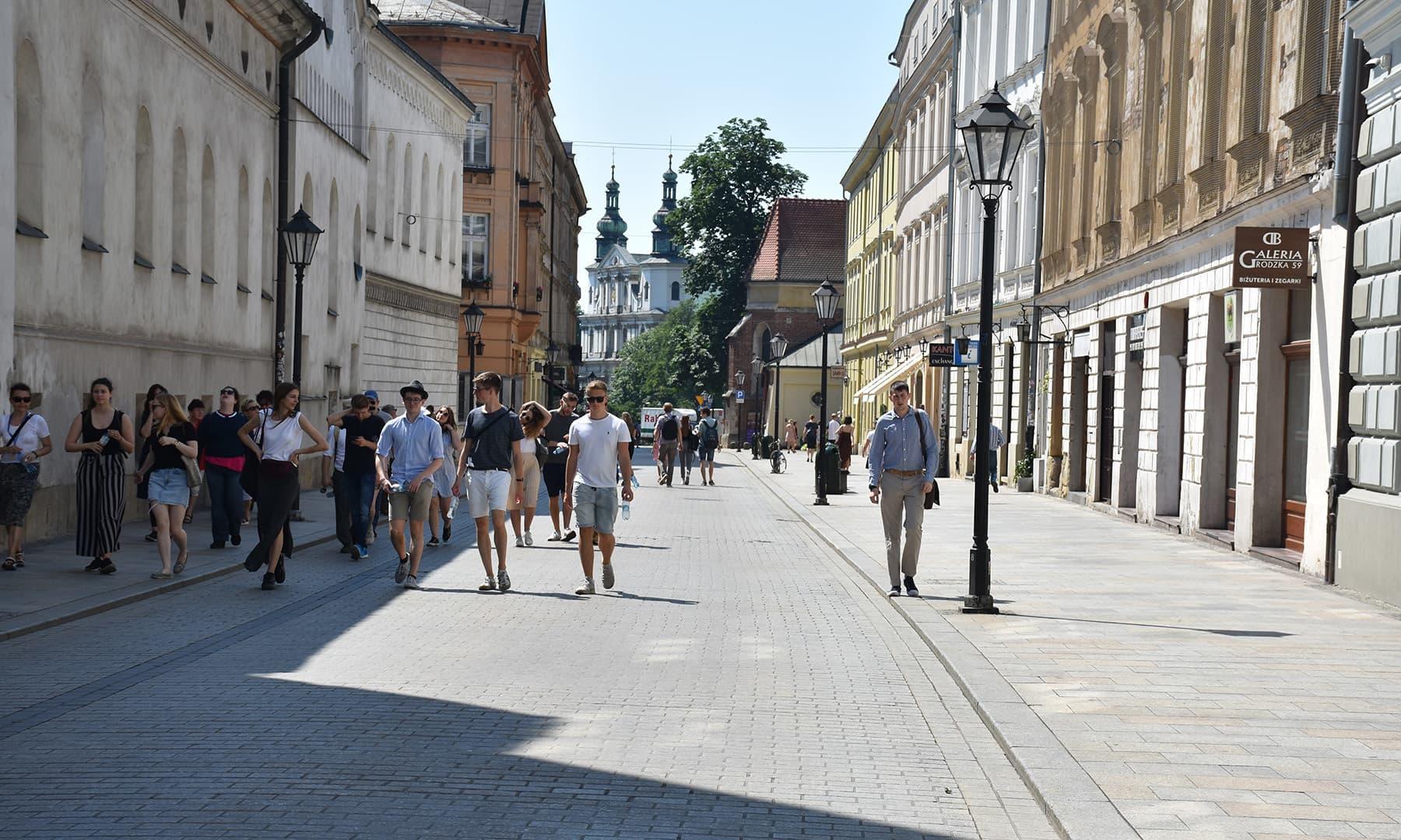 میں اس گلی کو واکنگ اسٹریٹ کہوں گا کہ یہی راستہ شہر کے مرکز تک جاتا ہے