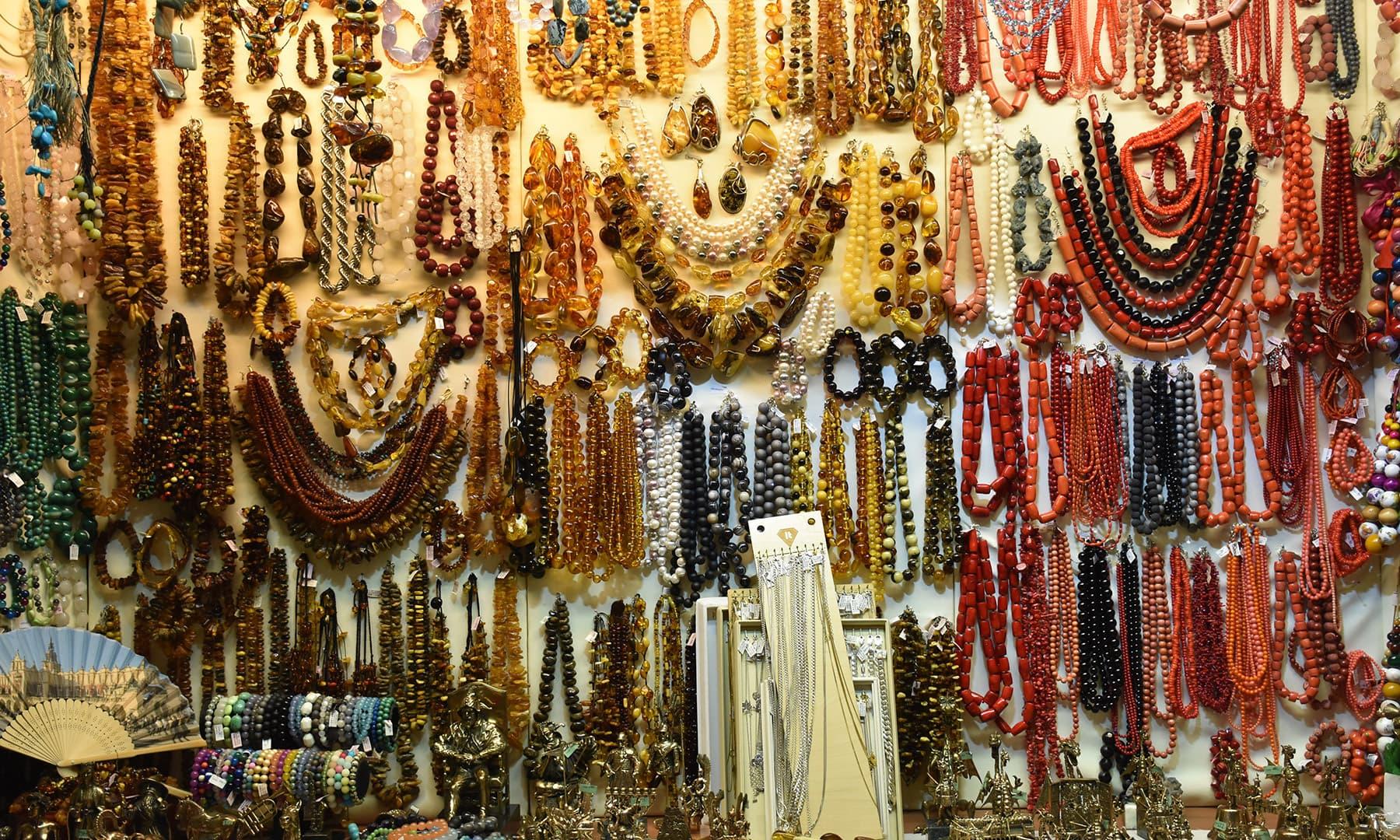 مقامی مارکیٹ کو دیکھنے کا بھی موقع ملا جہاں پر چھوٹی چھوٹی دکانیں تھیں
