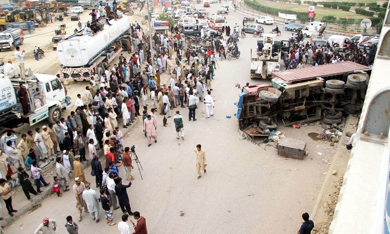 پاکستان کو آئی ایم ایف سے اگلے تین سال میں 6 ارب ڈالر ملیں گے اور حادثات میں سالانہ 9 ارب ڈالر نقصان ہو رہا ہے —فوٹو: شٹر اسٹاک