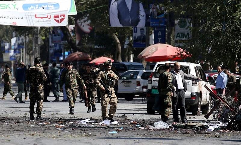 افغان سیکیورٹی فورسز کابل میں دھماکے کے جائے وقوع پر موجود ہیں — فوٹو: رائٹرز