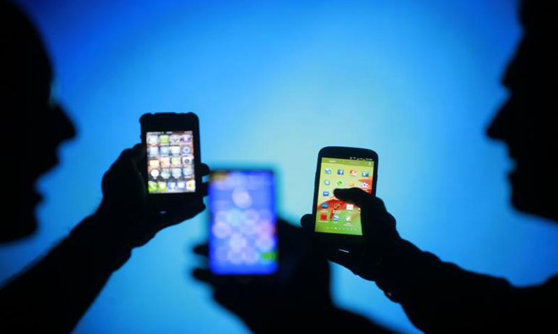 موبائل فون کی درآمدات میں مجموعی طور پر کمی دیکھی گئی —فائل فوٹو: رائٹرز