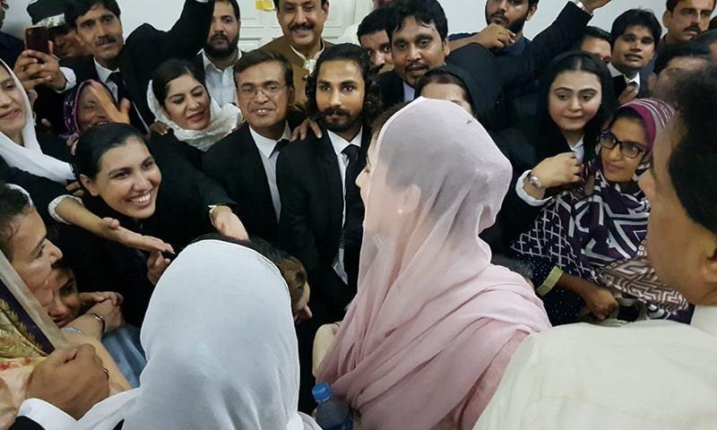مریم نواز کی احتساب عدالت میں پیشی کے دوران کارکنوں کی بڑی تعداد موجود تھی، فوٹو: عدنان شیخ