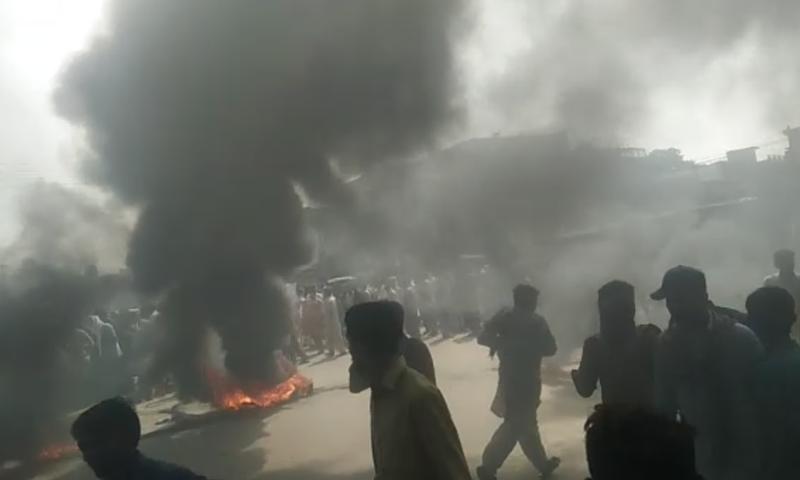 مظاہرین نے روڈ پر ٹائر جلا کر سڑک بلاک کردی — فوٹو: ڈان نیوز