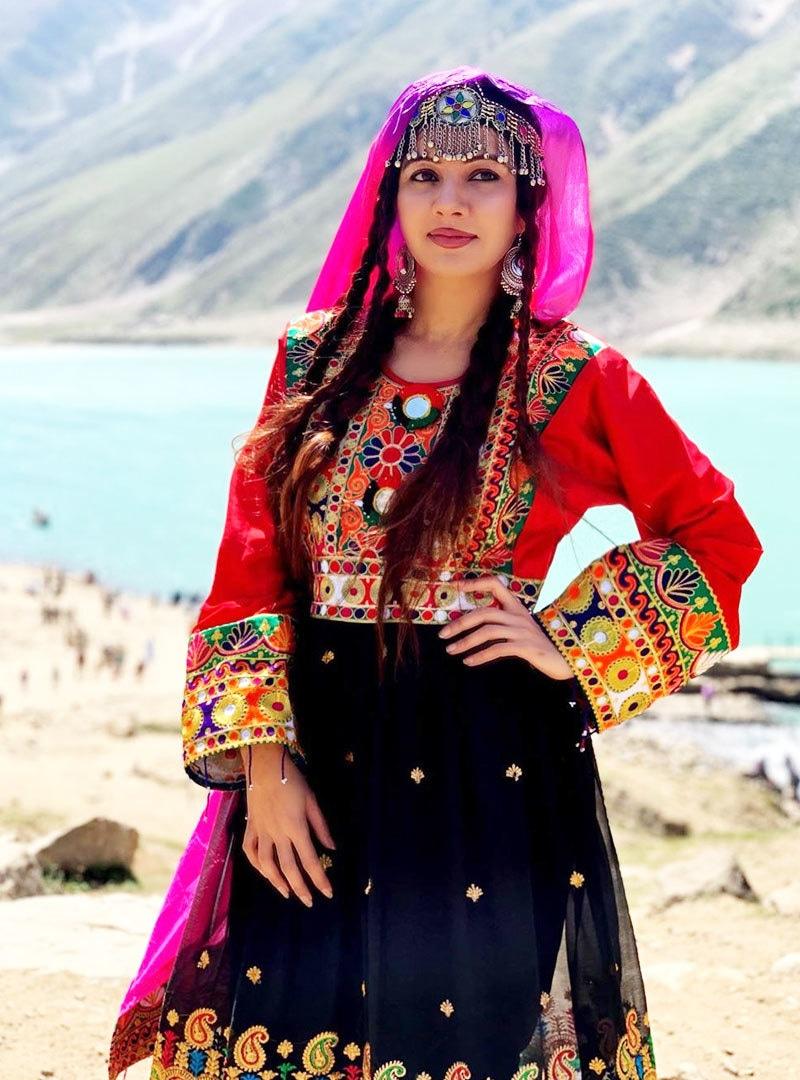 اداکارہ کے مطابق وہ اکیلی کشمیر کی جنگ لڑ رہی ہیں —فوٹو: انسٹاگرام