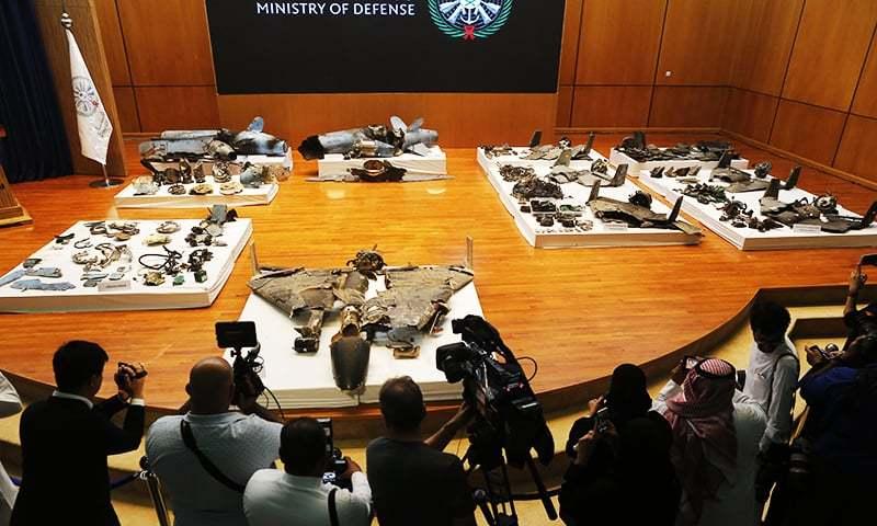 سعودی حکام نے ریاض میں منعقد پریس کانفرنس میں صحافیوں کو ڈرون اور میزائل کے ٹکڑے دکھائے— فوٹو: اے پی