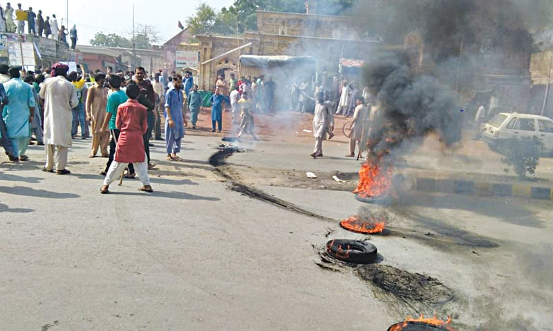 KASUR: Charged protesters burn tyres near Baldia Hall on Kutchery Road against the murder of minor boys. — Dawn