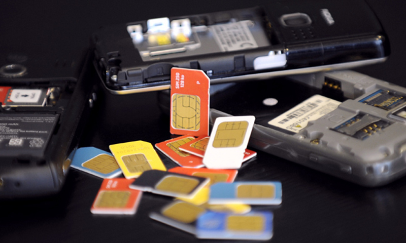 چھاپے کے دوران ہزاروں موبائل فون سم کارڈ، اسمارٹ فونز اور لیپ ٹاپ سمیت دیگر سامان برآمد کیا گیا — فائل فوٹو: اے ایف پی