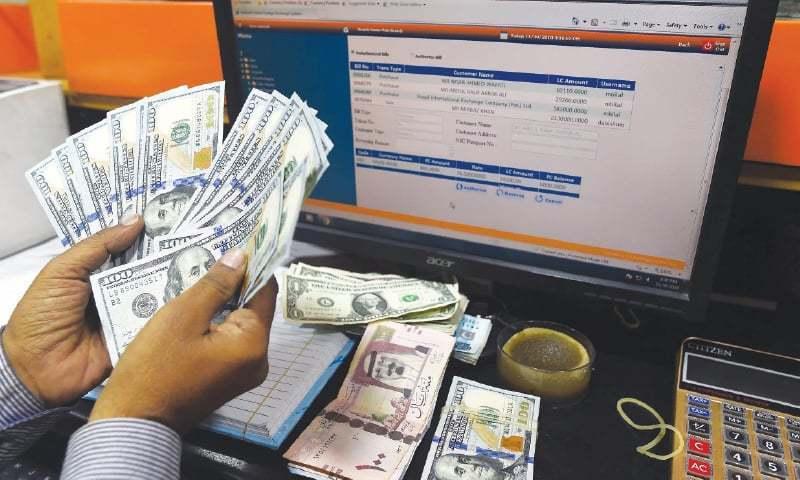 مرکزی بینک کے مطابق انٹربینک میں ڈالر کی قیمت میں دو پیسے کی کمی ہوئی ہے — فائل فوٹو: اے ایف پی