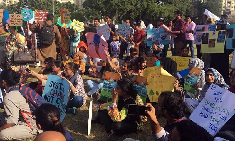 کراچی میں فن کار اور اساتذہ سمیت طلبہ نے مارچ میں شرکت کی—فوٹو:ثنا علی