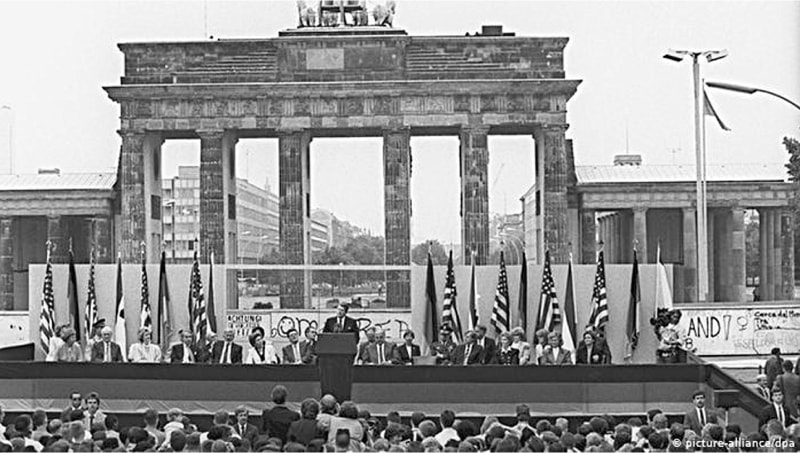 US President Ronald Reagan gives a historic address in front of the Brandenburg Gate in Berlin, June 1987 | Deutsche Welle