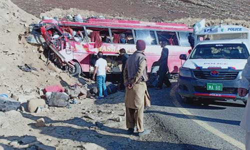 گلگت بلتستان حکومت کے ترجمان فیض اللہ کا کہنا تھا کہ مسافر بس حادثے میں بچوں اور خواتین سمیت 12 افراد زخمی بھی ہوئے  — فوٹو: ڈان نیوز