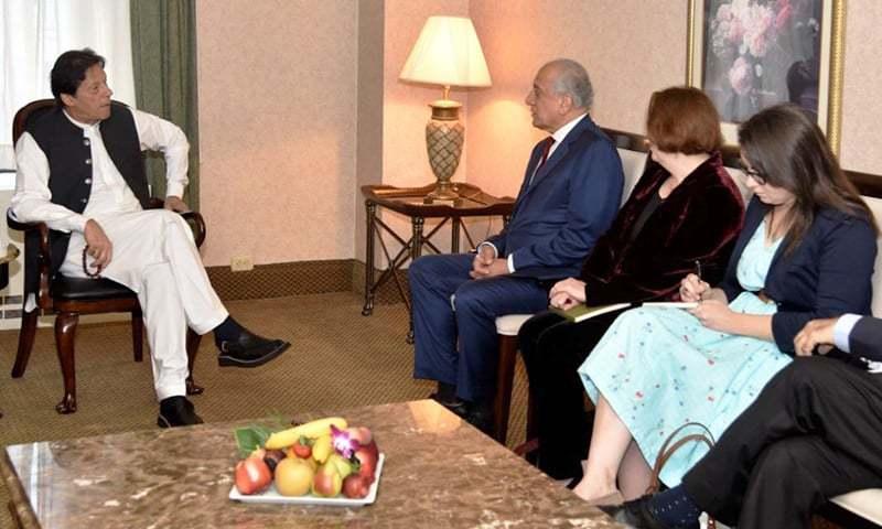 وزیراعظم سے زلمے خلیل زاد کی ملاقات میں وزیرخارجہ بھی موجود تھے—فوٹو:پی آئی ڈی