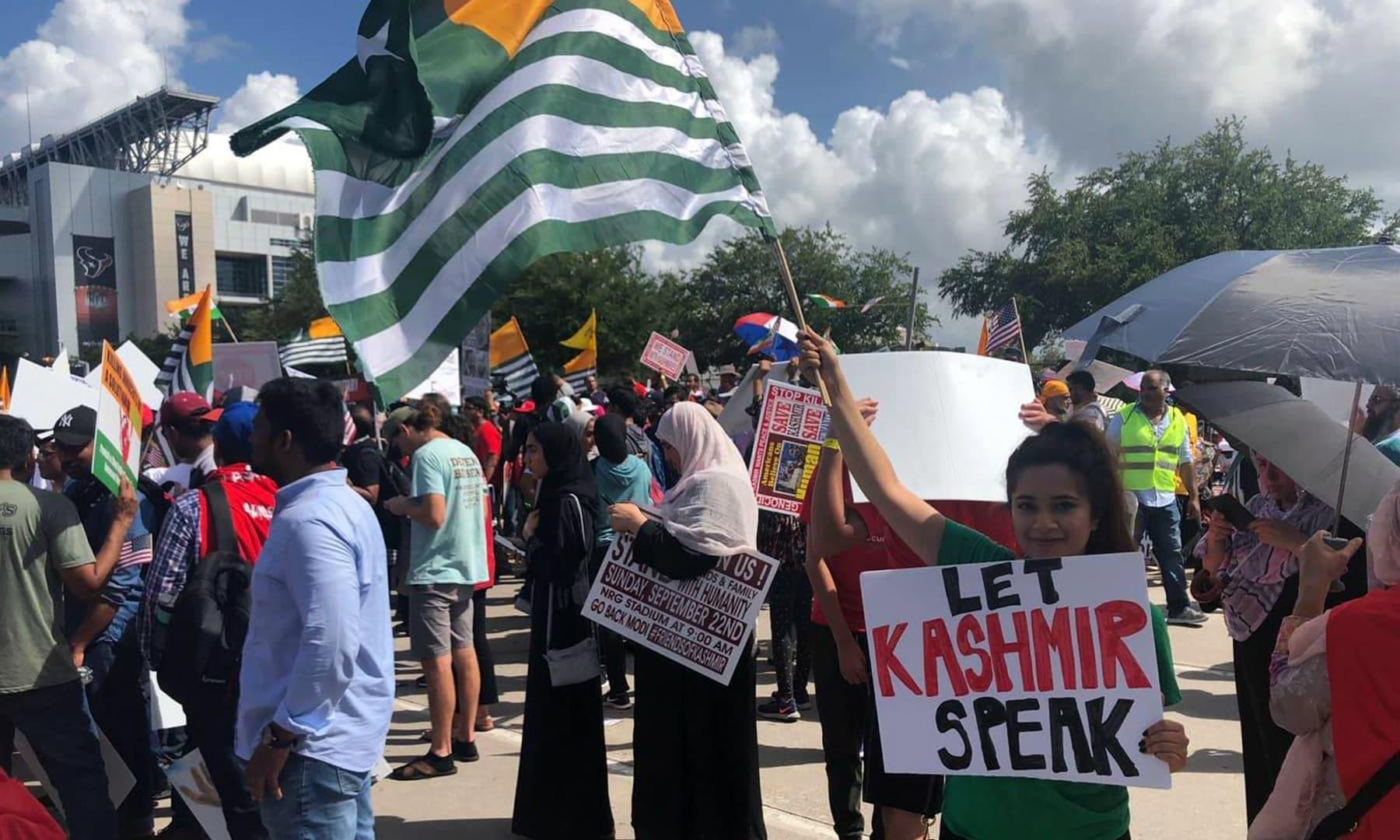 مظاہرین نے مقبوضہ جموں و کشمیر میں انسانی حقوق کی پامالی ختم کرنے کا مطالبہ کیا—فوٹو:ثنا متین