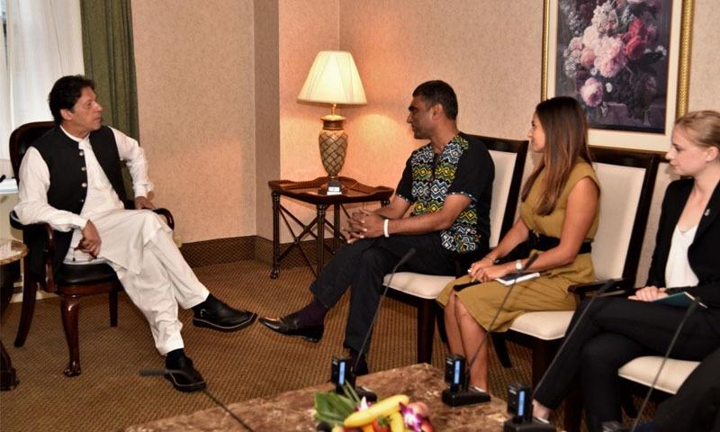 وزیراعظم عمران خان کی ایمنسٹی انٹرنیشنل کے کومی نائیڈو سے ملاقات —تصویر: پی آئی ڈی