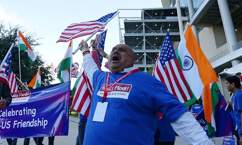 اسٹیڈیم کے باہر بھارتی نژاد امریکیوں نے بھی بھارت کے حق میں مظاہرہ کیا—تصویر:رائٹرز