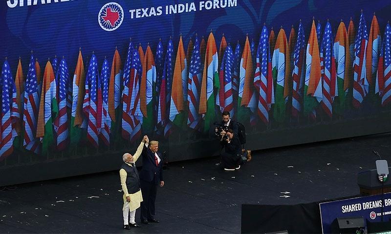 بھارتی وزیراعظم اور امریکی صدر ایک دوسرے کی تعریفیں کرتے ہوئے نظر آئے — تصویر: رائٹرز