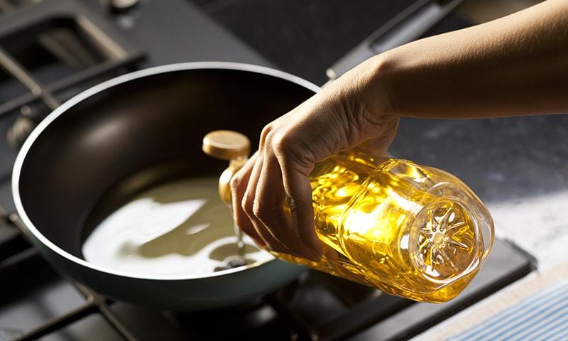 یہ خوردنی تیل معیار پر پورا نہیں اترے تھے جس پر ان پر پابندی لگائی گئی—فائل فوٹو: شٹر اسٹاک
