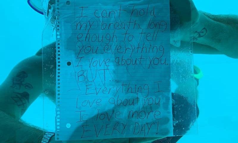 ویڈیو میں دیکھا جا سکتا ہے کہ نوجوان نے پہلے کمرے کی کھڑکی میں ایک خط چپکایا—فوٹو: کنیسا انتونی فیس بک